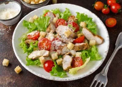 ¿Cómo preparar una ensalada César de pollo casera?